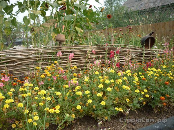 Декоративная изгородь с цветами