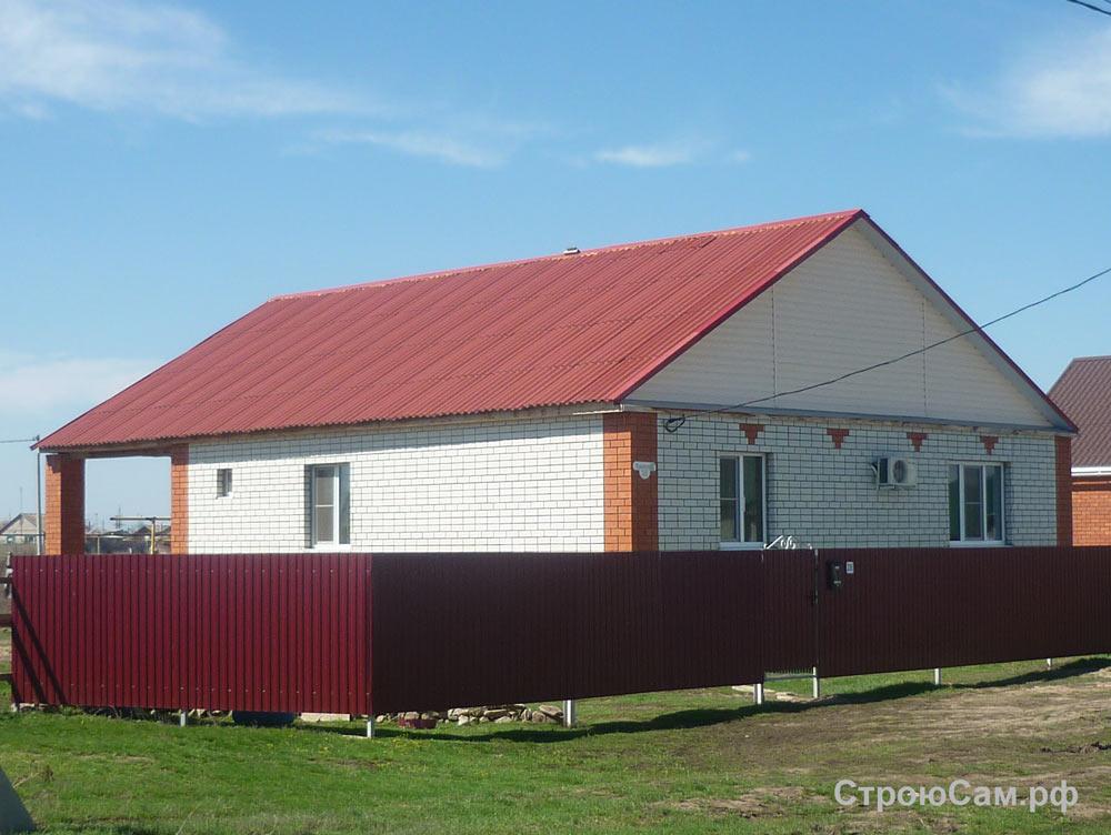 Сочетание цвета стен и крыши. Стены из силикатного кирпича, крыша покрыта крашенным бордовым шифером