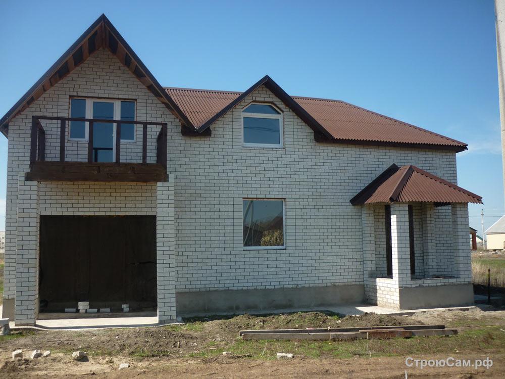 Стены из силикатного кирпича, крыша покрыта коричневым ондулином