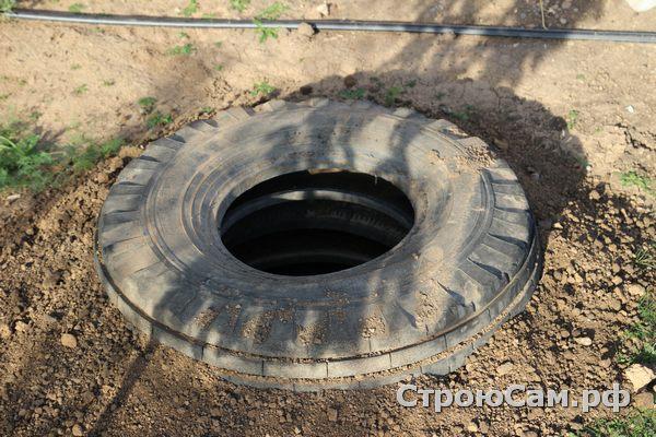 Сливную яму для бани обсыпаем землей