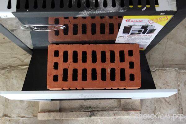 Ширина предтопочного тоннеля позволяет сделать кирпичную стену в 1/2 кирпича между предбанником и парной