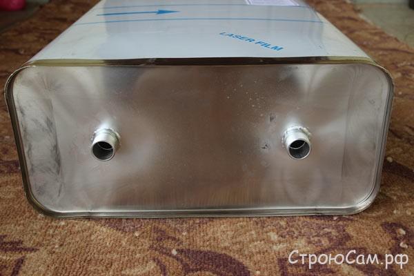 На днище бака приварены два штуцера для подключения к подающему и отводящему контурам