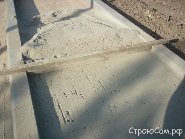Правило для выравнивания песчано-цементной подушки. Высота бруска около 35 мм