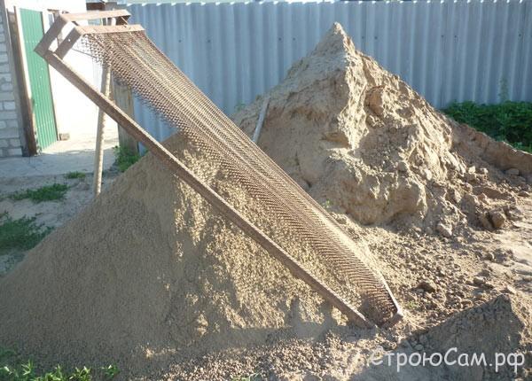 """Сеем песок """"дедовским способом"""" - через сетку от кровати советского производства"""