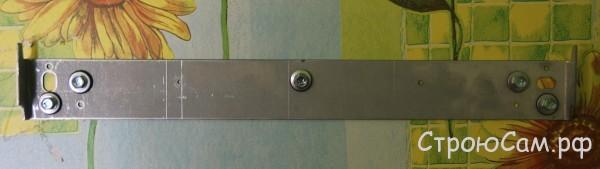 Планка выставлена горизонтально по уровню и закреплена пятью оцинкованным саморезами